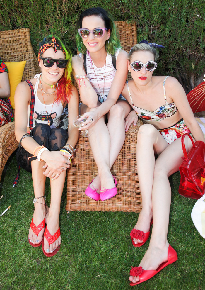 Chloe-Norgaard,-Katy-Perry-and-Mia-Moretti-at-the-Ingleside-Inn-in-Palm-Springs